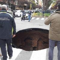 Roma, l'asfalto cede: voragine si apre in via Ambrosini
