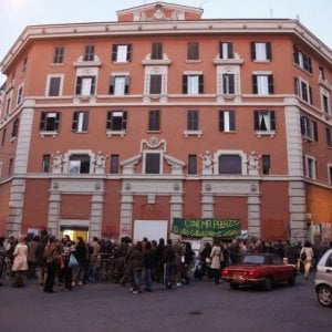 Roma, Sabina Guzzanti e altri 11 a processo per l'occupazione del cinema Palazzo