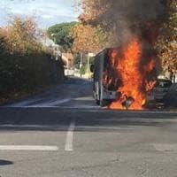 Roma, a fuoco un bus della linea 509 a Tor Vergata: nessun ferito. Danneggiate quattro auto