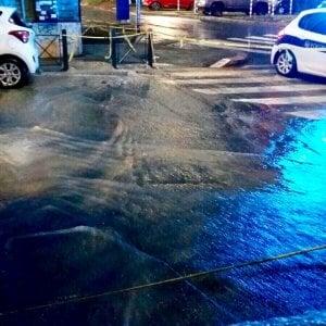 Maltempo a Roma, allagamenti e traffico in tilt. A Monteverde esplode tubatura