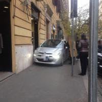 Roma, in via Po il parcheggio è creativo: la macchina si lascia direttamente sul marciapiedi