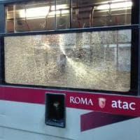 Roma, ancora sassi contro un bus: sfondato il vetro di una vettura a Ponte Mammolo