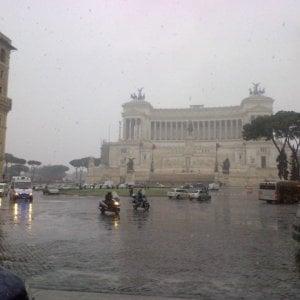 Roma, picchiato in piazza Venezia: muore clochard. L'aggressore incastrato dal video di un testimone