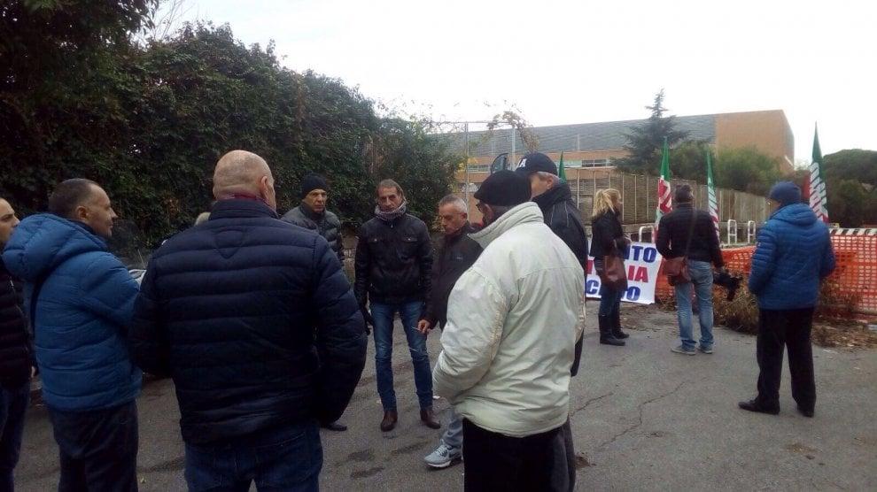 Roma, flash mob sul ponte chiuso della Garbatella