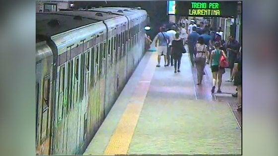 Roma, torna al lavoro il macchinista che prese tra le porte della metro una donna