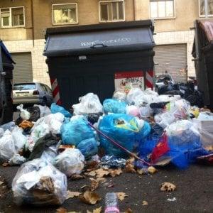 Emergenza rifiuti Roma, camion in coda al Salario: la raccolta è paralizzata