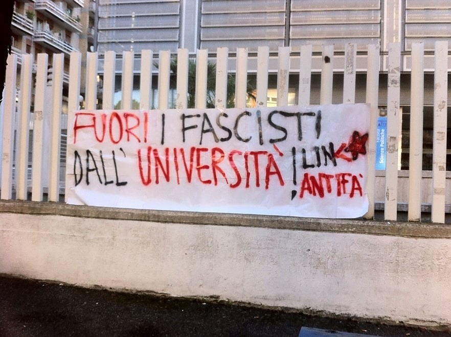 """Roma Tre, striscione a Scienze politiche: """"Fuori neo fascisti dalle nostre aule"""""""