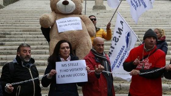 """Roma, secondo giorno di protesta dei bus turistici: """"Pentiti di aver votato 5S"""""""