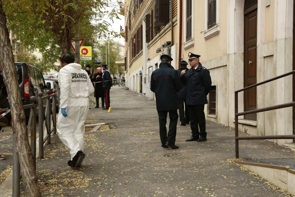 Roma, paura a San Giovanni: ordigno esplode davanti caserma carabinieri