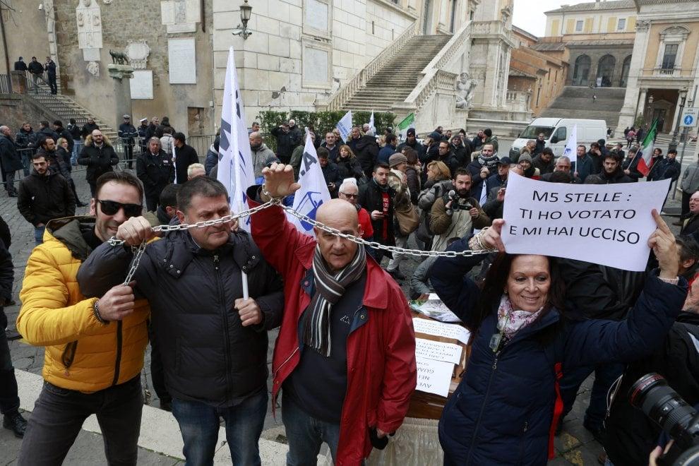 Roma, autisti bus turistici si incatenano per potesta al Campidoglio