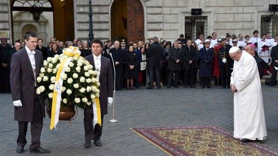 """Roma, il Papa in piazza di Spagna: """"Basta rassegnazione al degrado"""""""