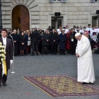 Roma, il Papa in piazza di Spagna: