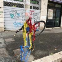 Roma, la bici è abbandonata da mesi: i residenti la addobbano per Natale
