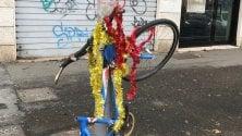 La bici è abbandonata  i residenti la addobbano