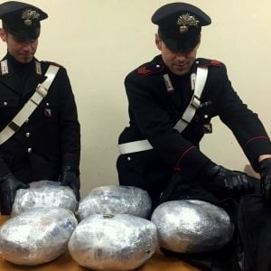 Roma, sorpresi 11 chili di marijuana in valigia: arrestati