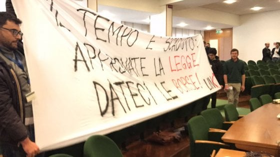 Regione Lazio, studenti occupano l'aula del consiglio