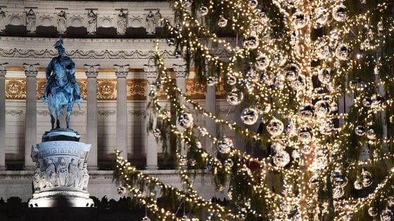 Roma, l'albero di Natale in piazza una goffa metafora dei tempi