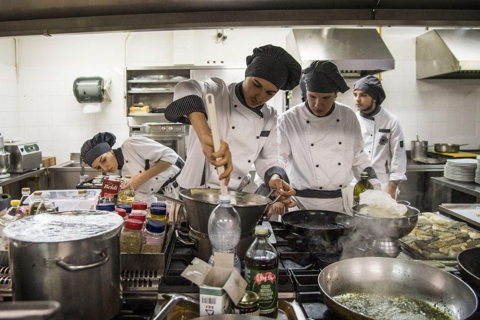 Roma, gli studenti ai fornelli: il pranzo per i più fragili è servito