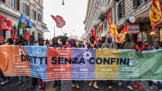 Migranti in corteo a Roma: è