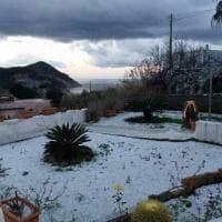 Ponza sotto la neve, dopo 18 anni l'isola si imbianca