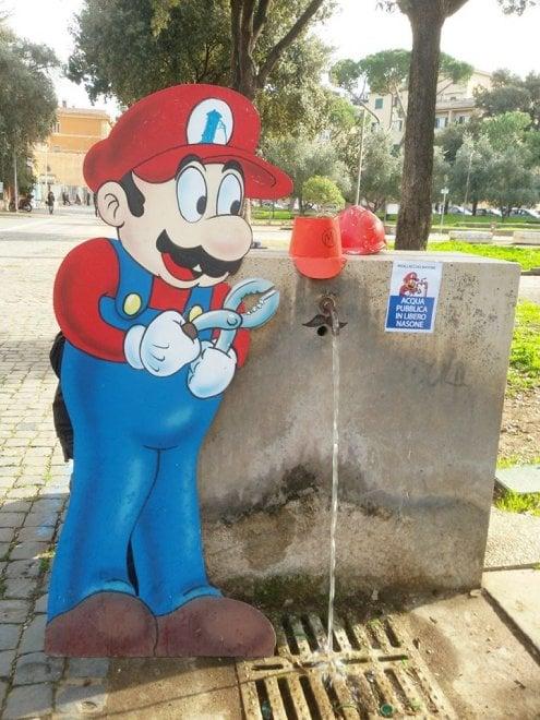 Roma, riallaccia il nasone: piccoli Super Mario in azione