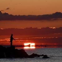 Pescatori, nuvole e gabbiani: l'alba su Ostia è magica