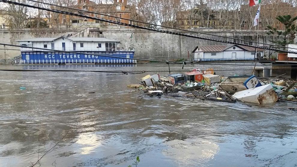 Roma: sul Tevere un'isola di rifiuti, trasportati da una discarica abusiva sull'Aniene