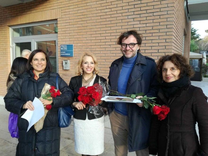 """Roma Tre, la protesta delle """"rose"""" contro lo """"smantellamento del sistema bibliotecario"""""""