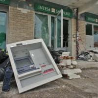 Roma, riempiono bancomat di gas e lo fanno esplodere per svaligiarlo. Palazzo inagibile all'Axa