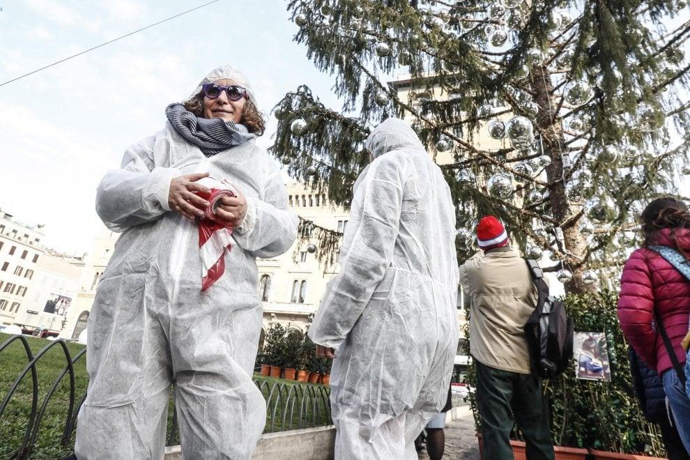 Roma, Spelacchio: cittadini in tenuta Csi arrivano sul luogo del 'delitto'