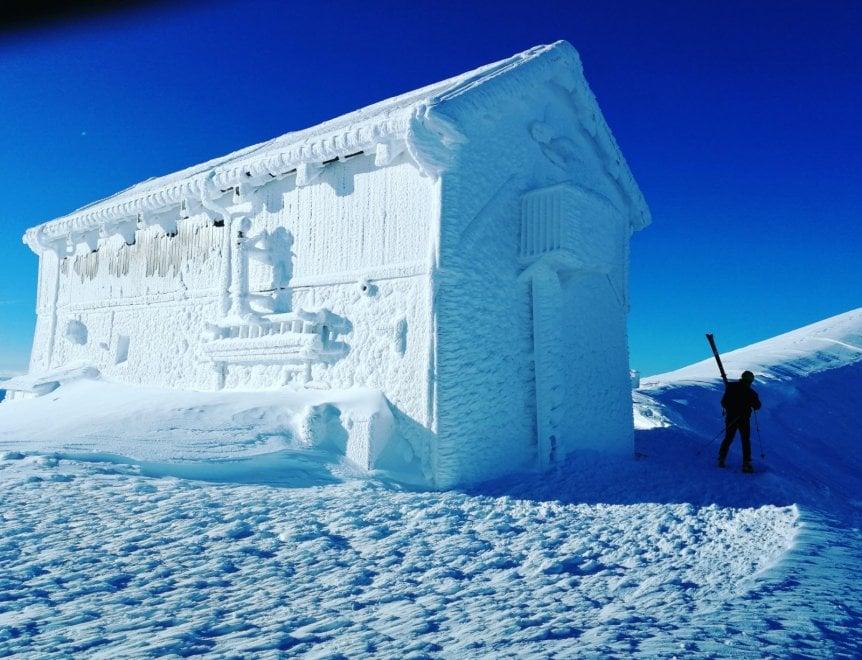 Sul Gran Sasso lo spettacolo dell'inverno: il rifugio è una casa di ghiaccio
