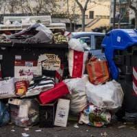 Rifiuti in strada a Roma,  periferie in tilt: ritiro a macchia di leopardo. Il Pd contro Raggi