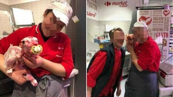 """Tivoli, selfie macabro con l'agnellino. Carrefour Italia: """"Ci dissociamo"""""""