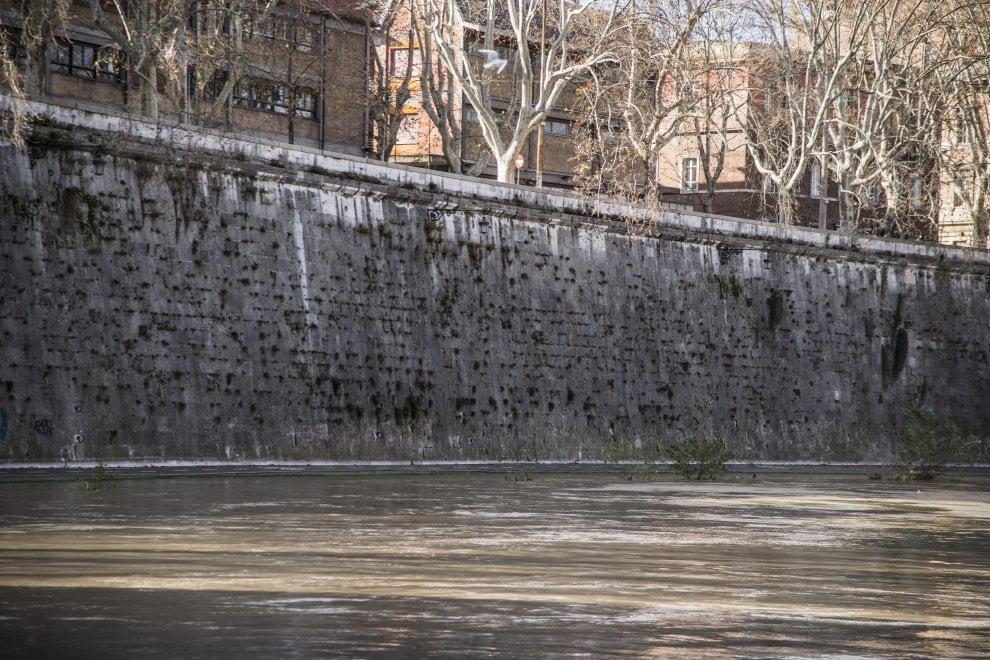 Roma, dopo le piogge il livello del Tevere è alto: chiuse le banchine