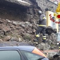 Rocca di Papa, si sgretola muro. Danneggiate due auto