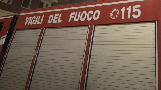 Roma, fiamme in un parcheggio a Fiumicino: danneggiate 13 auto