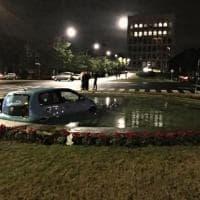 Roma, con l'auto finisce nella fontana davanti al Colosseo quadrato