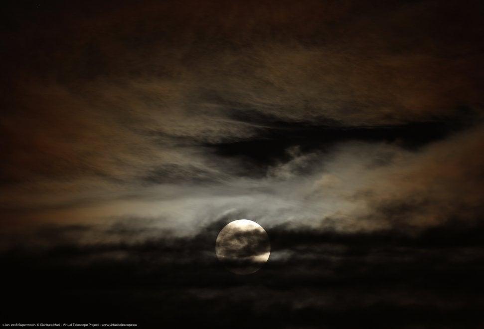 """Roma, la """"Superluna"""" spunta dalle nuvole"""