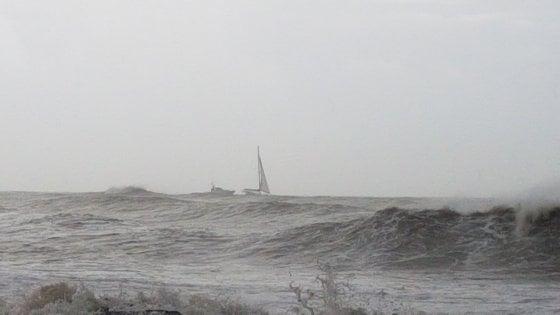 Ostia, lanciano sos da catamarano: salvate 3 persone a largo
