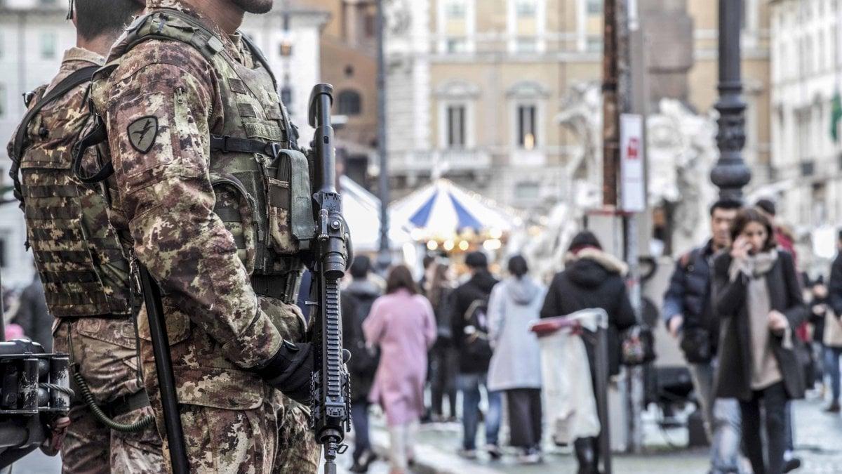 Roma l 39 esercito nelle vie dello shopping per l 39 avvio del for Immobili c1 roma