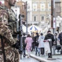 Roma, l'esercito nelle vie dello shopping per l'avvio del saldi e la Befana