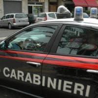 Roma, sparge benzina in un negozio, poi sui carabinieri e minaccia:
