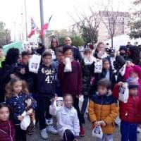 Befana fascista alla Magliana: logo di CasaPound sui doni ai bimbi. Candidato posta foto su Fb