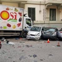 Roma, malore alla guida: camionista travolge auto ferme e muore