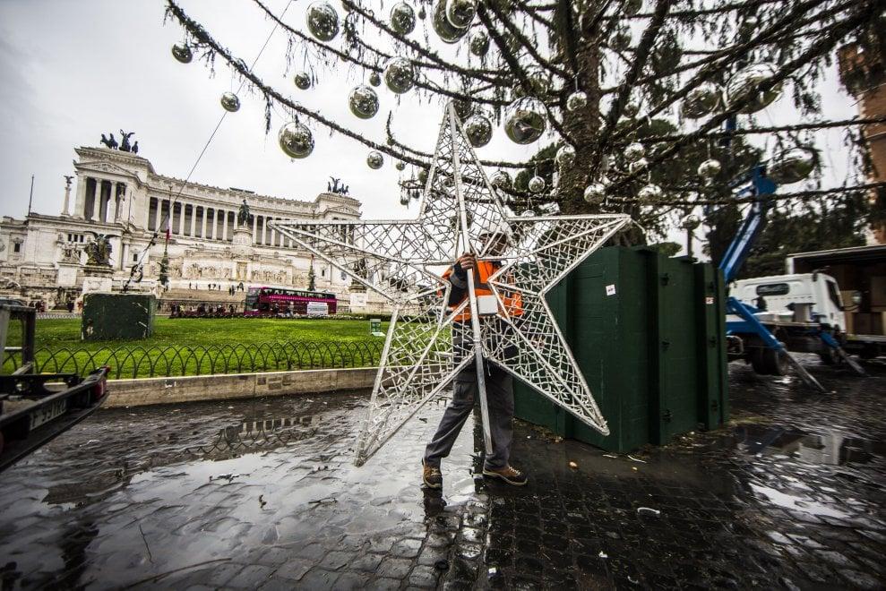 Roma, Spelacchio: addobbi e luminarie tornano al loro posto