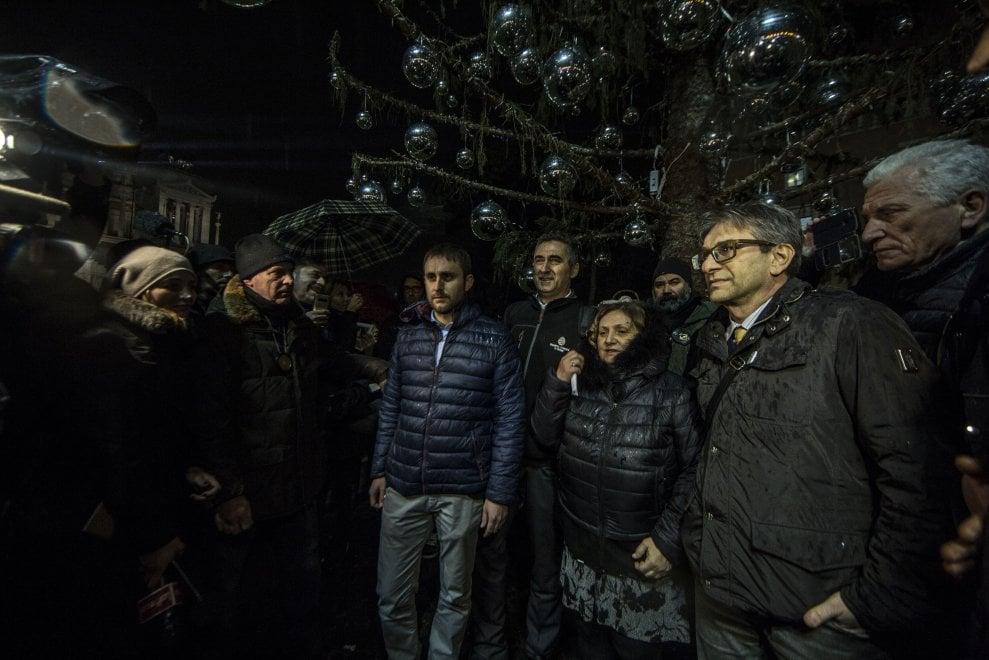 Roma, si spengono le luci di Spelacchio: addio all'albero di piazza Venezia