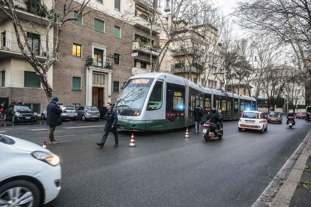 Roma, tram 3 esce dai binari in via Rossini