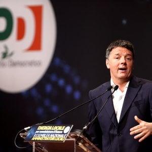 """Renzi contro Raggi: """"Problema non è Spelacchio ma incompetenza"""". La sindaca: """"Pensi a costi Metro C"""""""