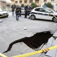 Roma, voragine si apre sul marciapiedi: anziana ci finisce dentro e resta ferita