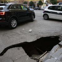 Roma, si apre voragine in via Catania: anziana ci cade dentro